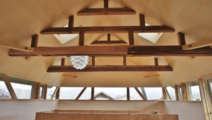T House ―築100年の納屋をリノベーション―: 一級建築士事務所オブデザインが手掛けた寝室です。,モダン