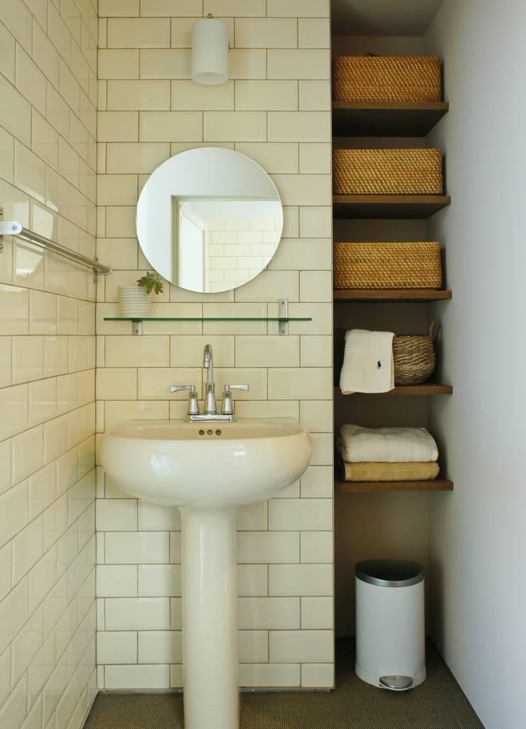 Danchi house ―どこにでもある団地の家―: 一級建築士事務所オブデザインが手掛けた浴室です。