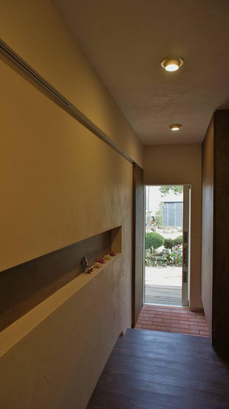 T House ―築100年の納屋をリノベーション―: 一級建築士事務所オブデザインが手掛けた廊下 & 玄関です。,モダン