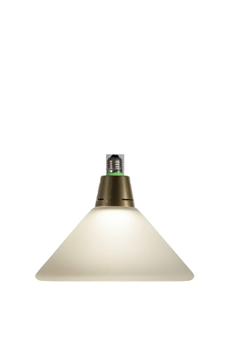 The medium sized lamp:  Eetkamer door Booo BV