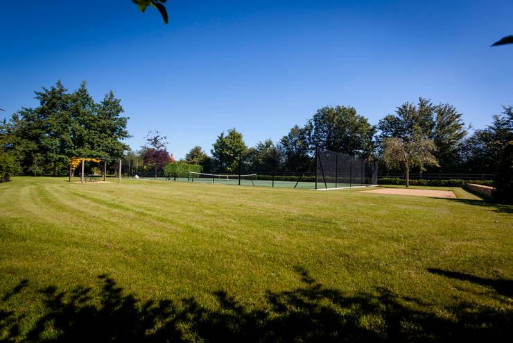 Private court arena:  Garden by Alasdair Cameron Design