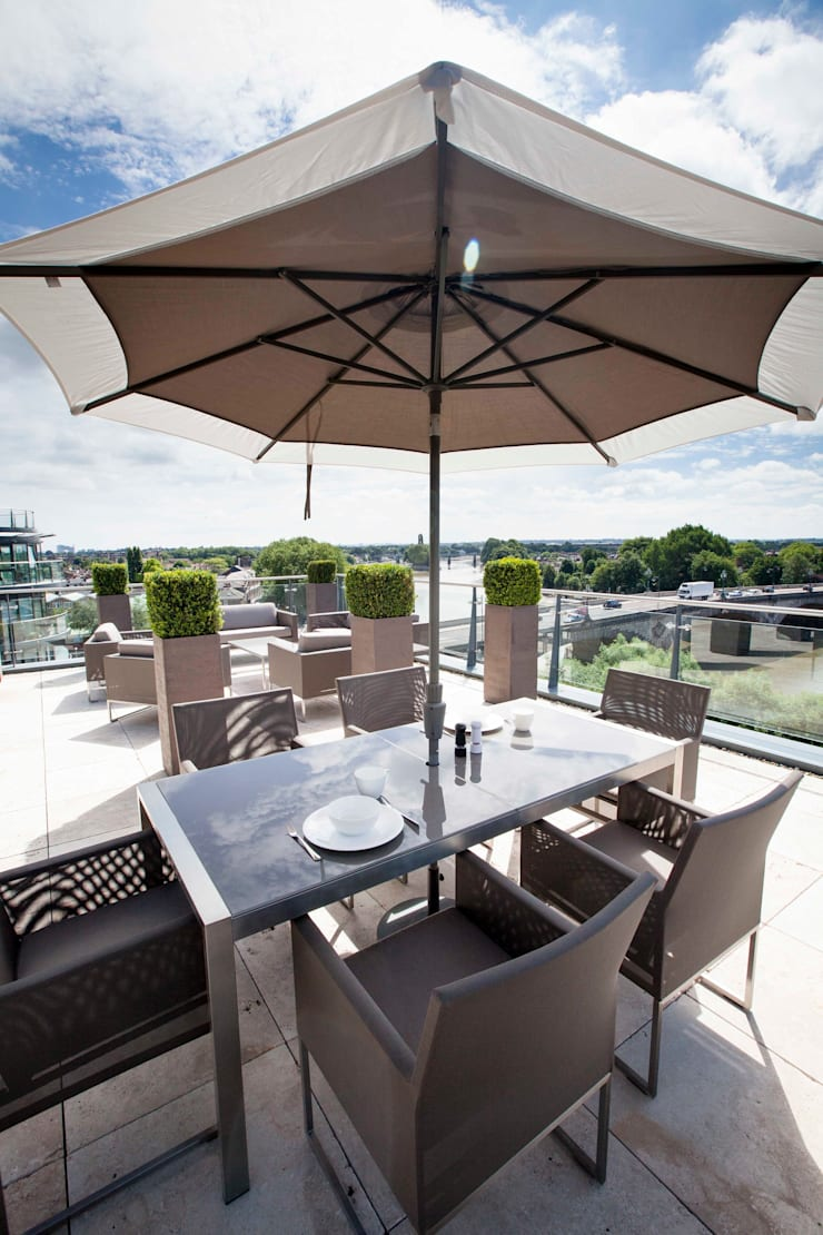 Stunning views:  Roof terrace by Cameron Landscapes and Gardens
