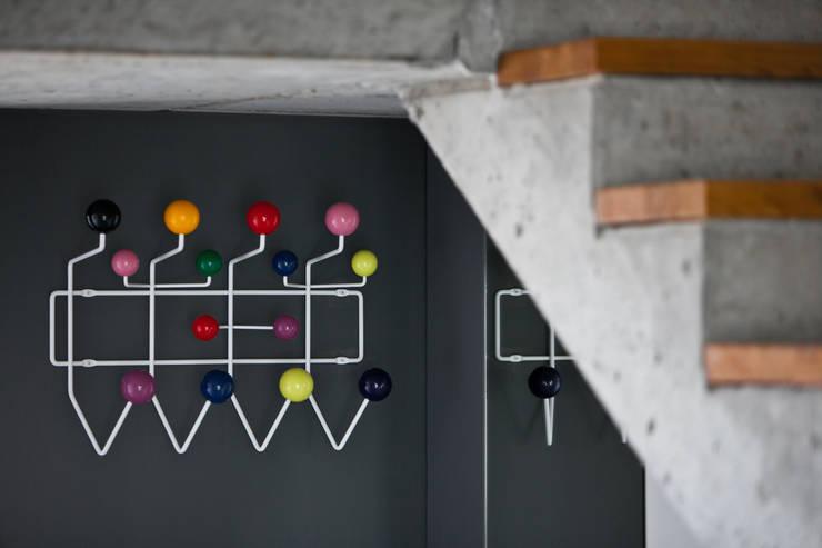 Beam & Block House: styl , w kategorii Korytarz, hol i schody zaprojektowany przez mode:lina™