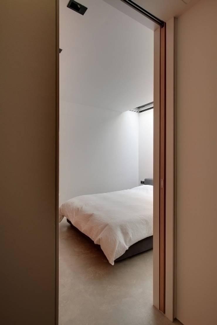 Construcción de una casa en el Barrio de <q>Gràcia</q> de Barcelona: Dormitorios de estilo  de Room Global