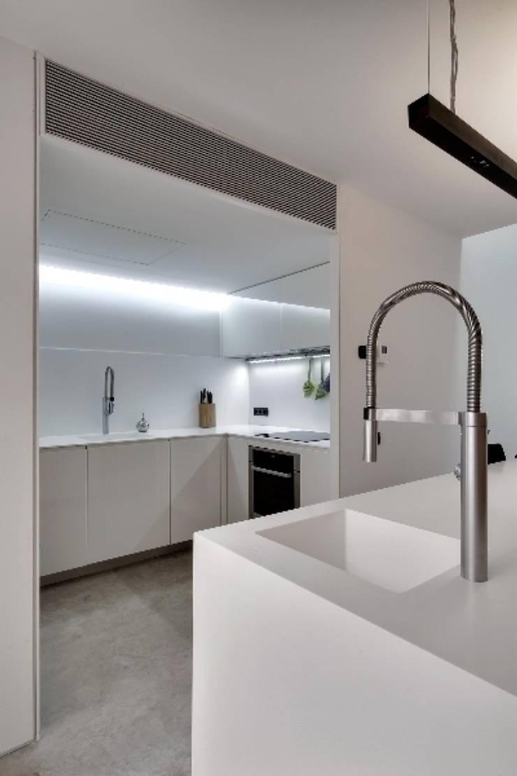 Construcción de una casa en el Barrio de <q>Gràcia</q> de Barcelona: Cocinas de estilo  de Room Global