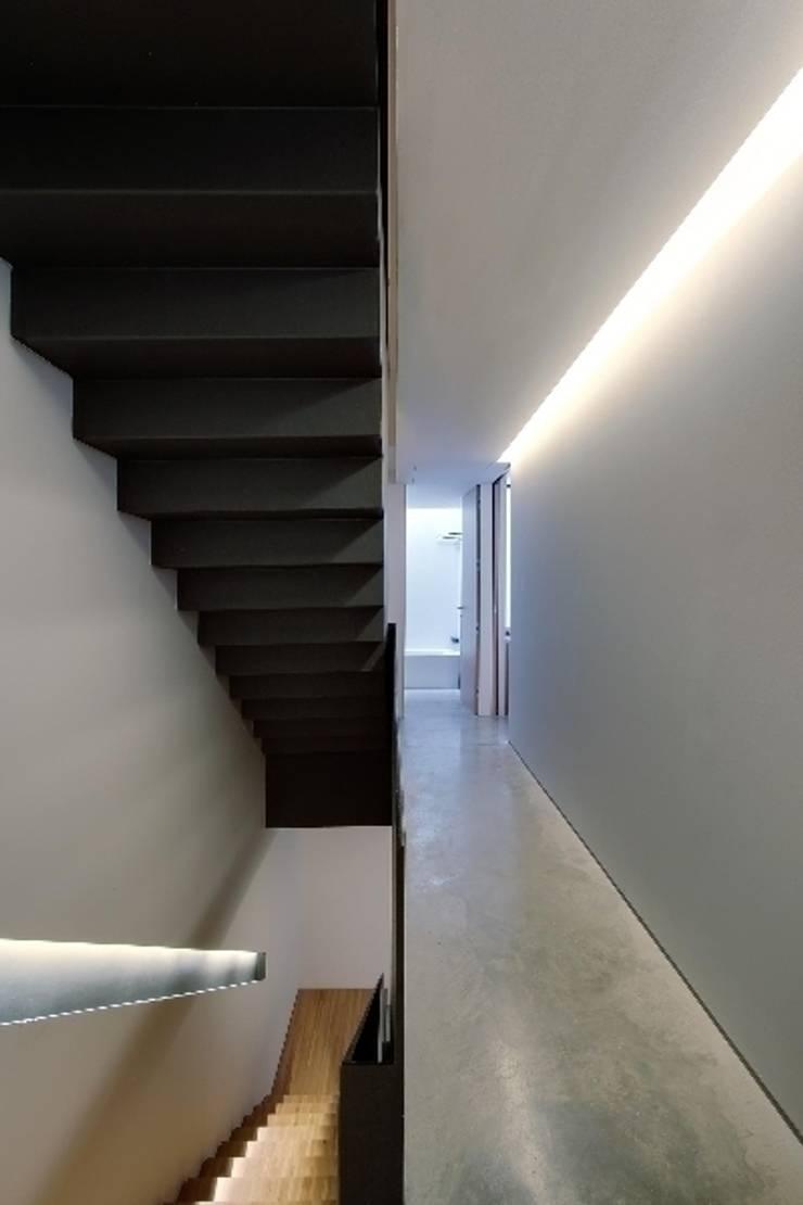 Construcción de una casa en el Barrio de <q>Gràcia</q> de Barcelona: Pasillos y vestíbulos de estilo  de Room Global