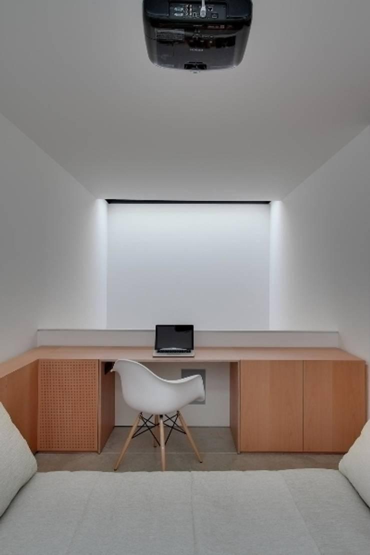 Construcción de una casa en el Barrio de <q>Gràcia</q> de Barcelona: Estudios y despachos de estilo  de Room Global