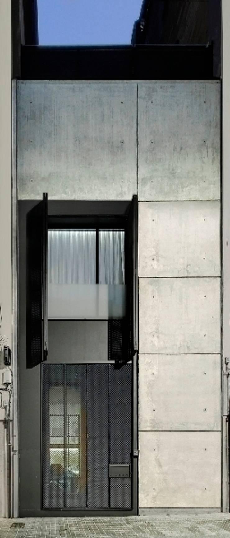 Construcción de una casa en el Barrio de <q>Gràcia</q> de Barcelona: Casas de estilo  de Room Global