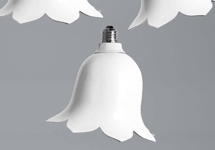 The Nika Zupanc lamp: moderne Eetkamer door Booo BV