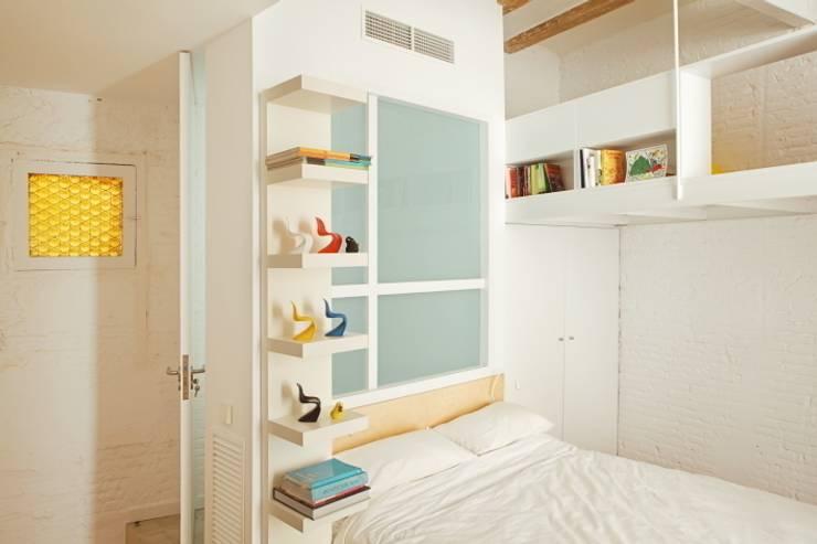Vivienda Flexible en el Barrio de Poble Sec de Barcelona: Dormitorios de estilo moderno de Room Global
