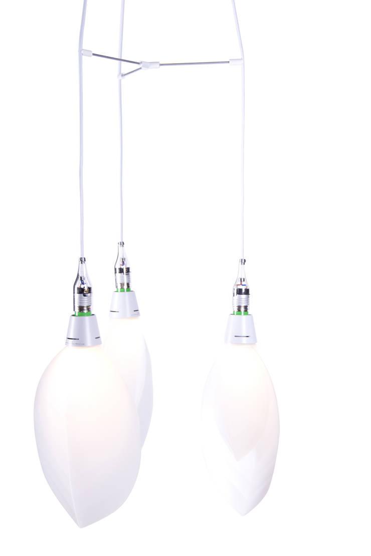 The FormaFantasma Lamp on our triple Pendant: moderne Eetkamer door Booo BV