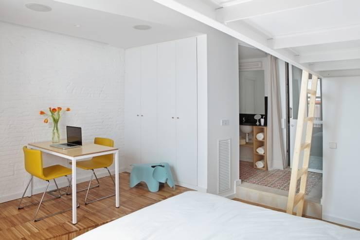 Vivienda Flexible en el Barrio de Poble Sec de Barcelona: Dormitorios de estilo  de Room Global