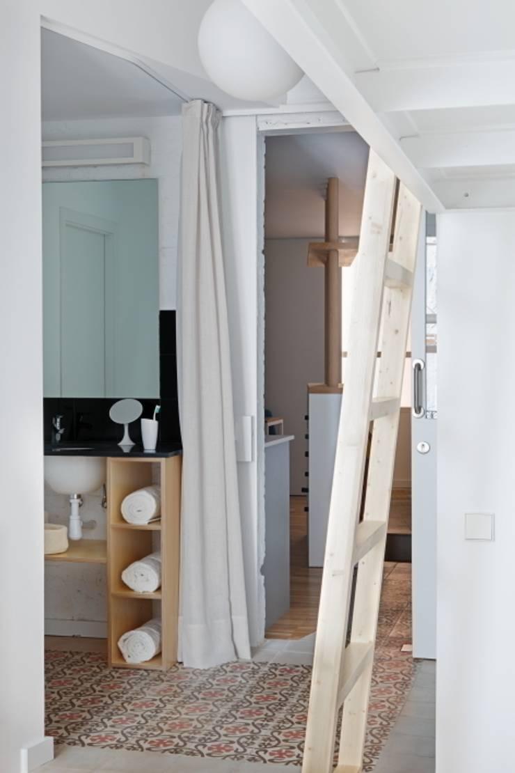Vivienda Flexible en el Barrio de Poble Sec de Barcelona: Baños de estilo  de Room Global
