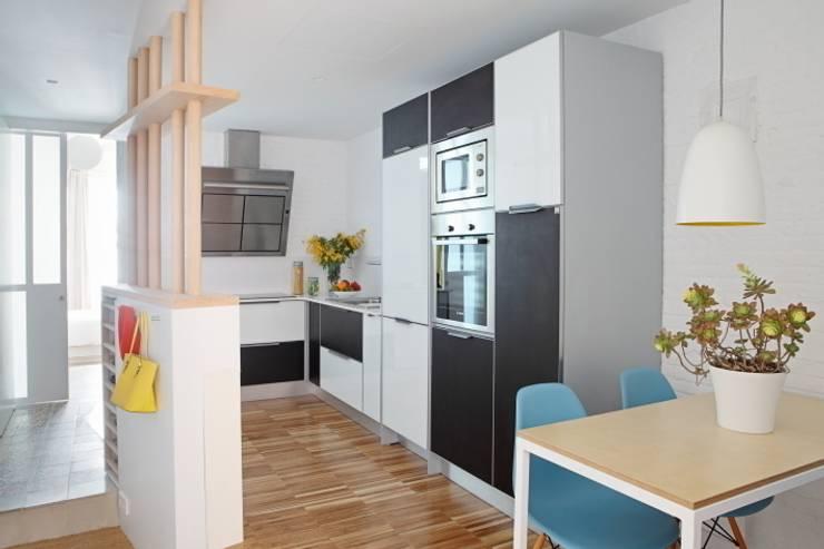 Vivienda Flexible en el Barrio de Poble Sec de Barcelona: Cocinas de estilo moderno de Room Global