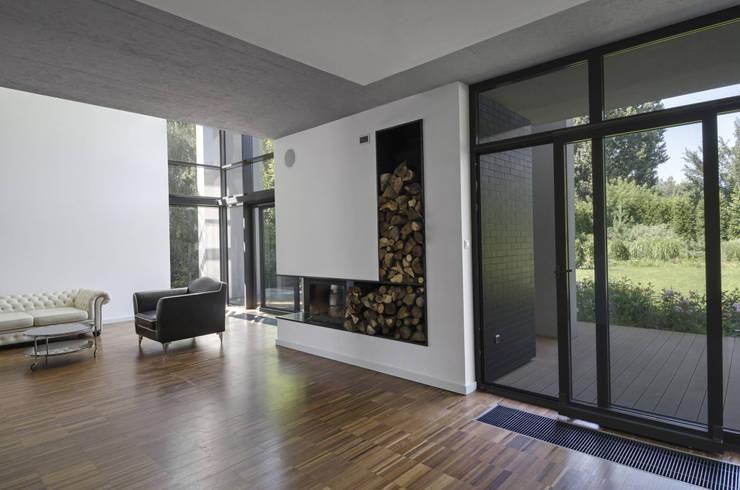 POKOJ DZIENNY/JADALNIA: styl , w kategorii Salon zaprojektowany przez PAWEL LIS ARCHITEKCI