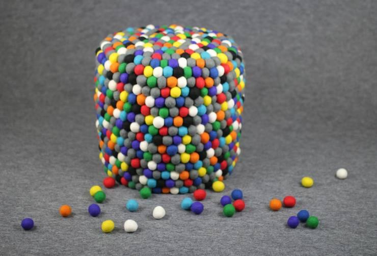 pufa okrągła happy pills: styl , w kategorii Salon zaprojektowany przez felt stories