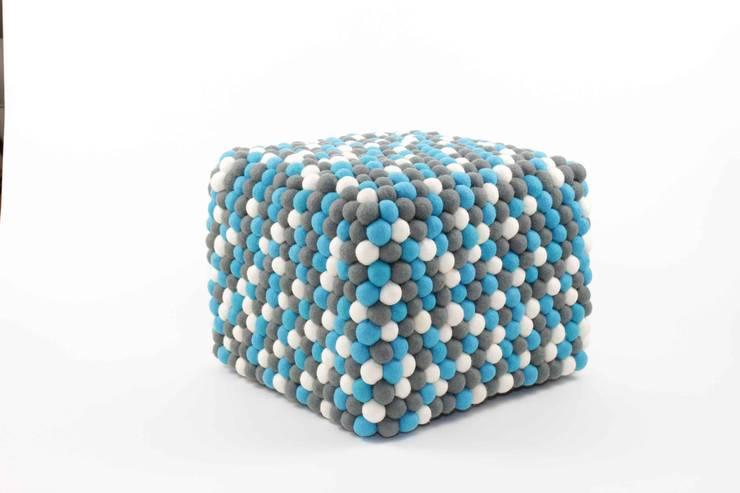 pufa sześcienna Santorini: styl , w kategorii Salon zaprojektowany przez felt stories