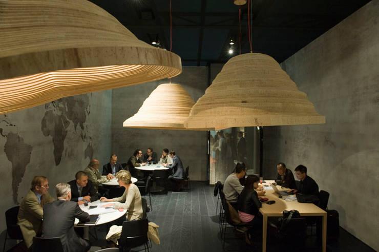Twisted Light Poliform stand Salone Del Mobile 2012:  Kantoor- & winkelruimten door Studio Erwin Zwiers
