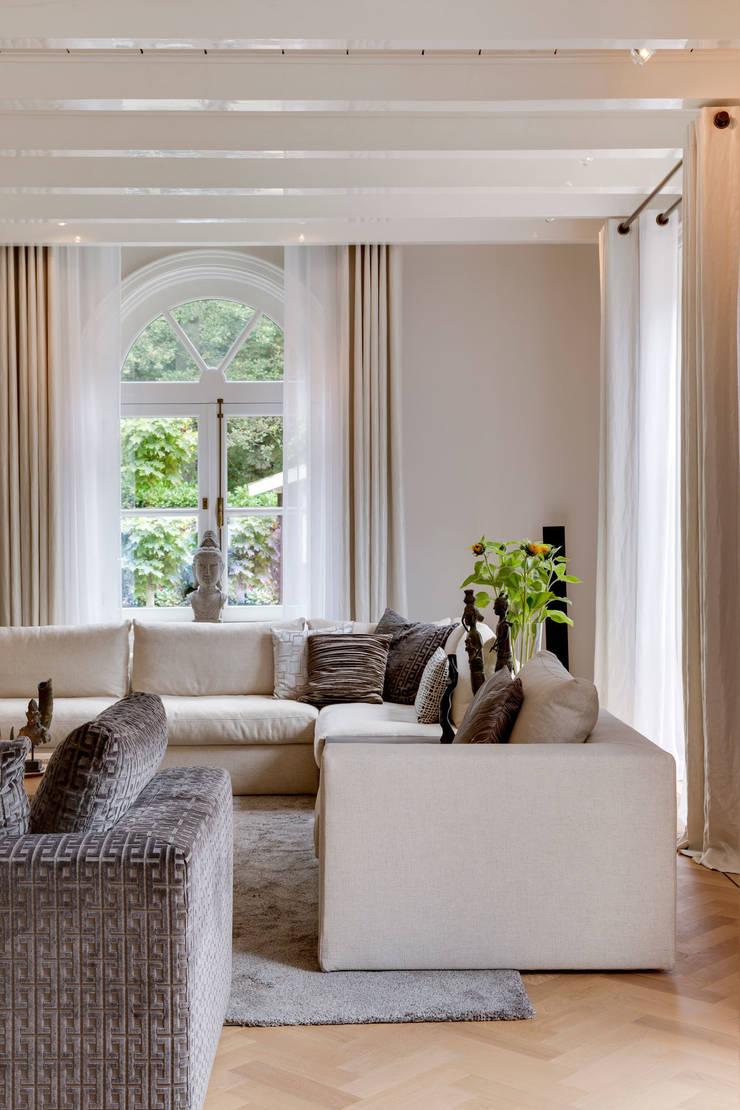 italiaans design in een klassieke omgeving:  Woonkamer door choc studio interieur