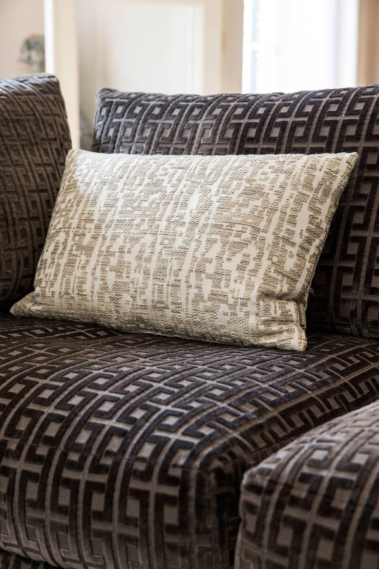 bankje van meridiani in stoffen van casamance:  Woonkamer door choc studio interieur