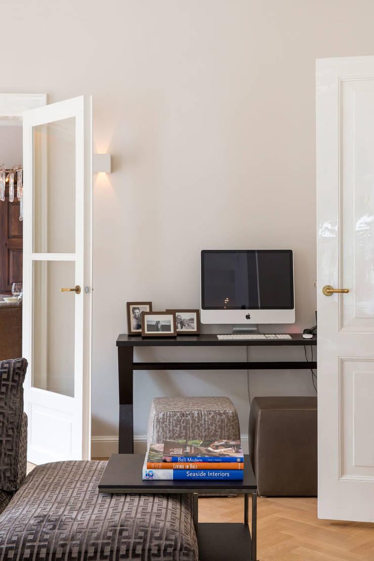 writing desk van meridiani:  Woonkamer door choc studio interieur