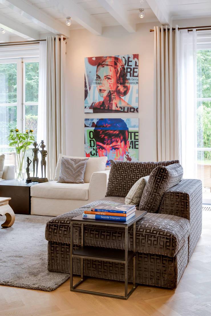 moderne woonkamer in landelijke omgeving:  Woonkamer door choc studio interieur