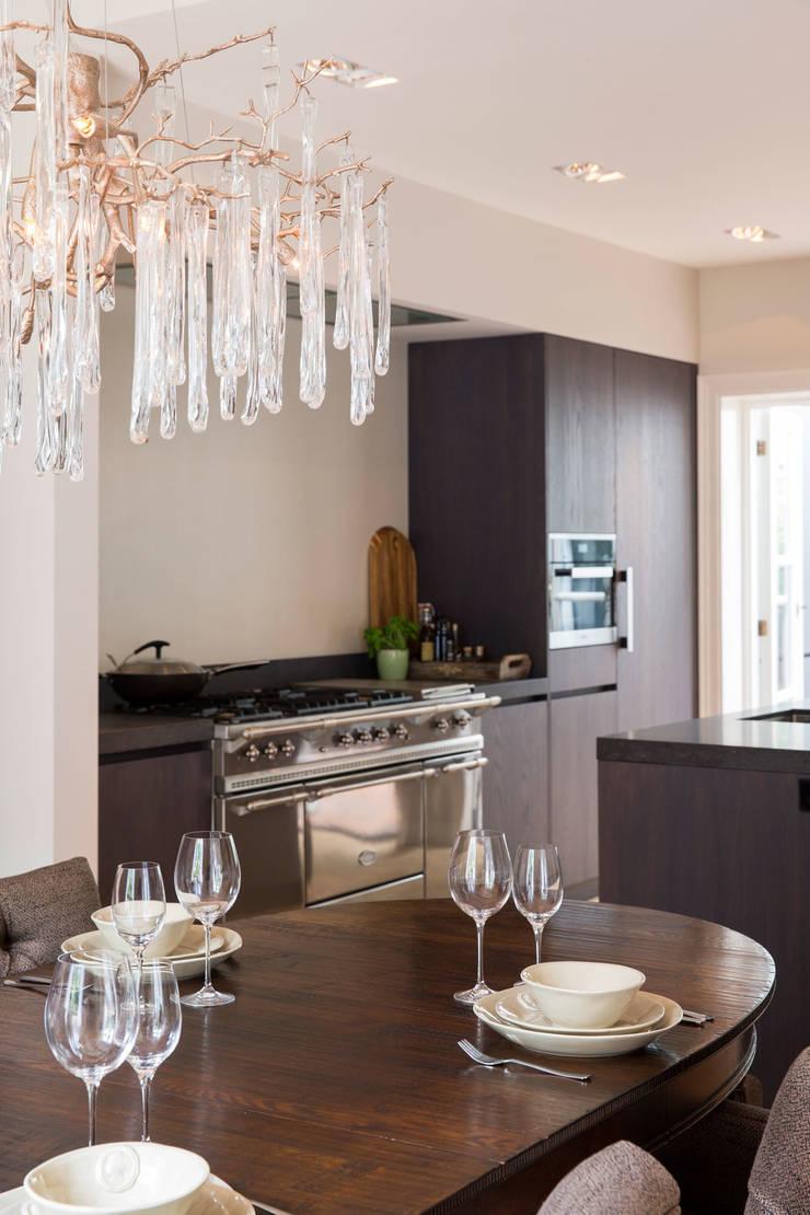 moderne keuken in klassieke woning:  Keuken door choc studio interieur