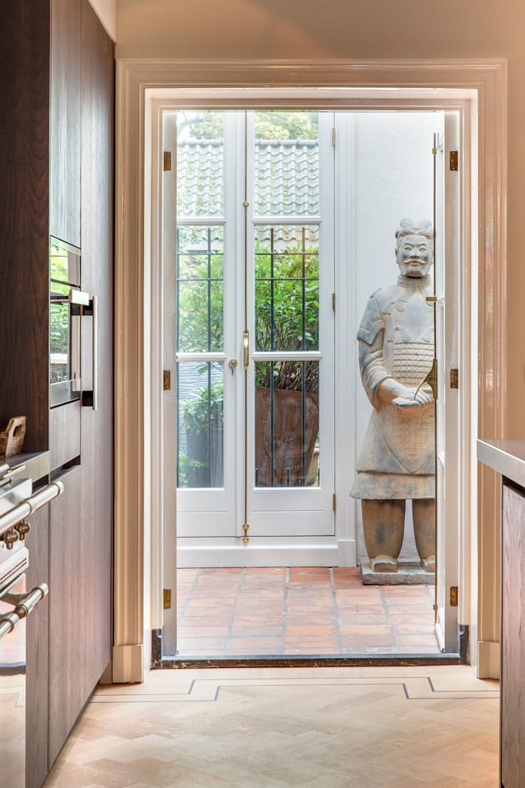 doorkijk van keuken naar bijkeuken:  Keuken door choc studio interieur