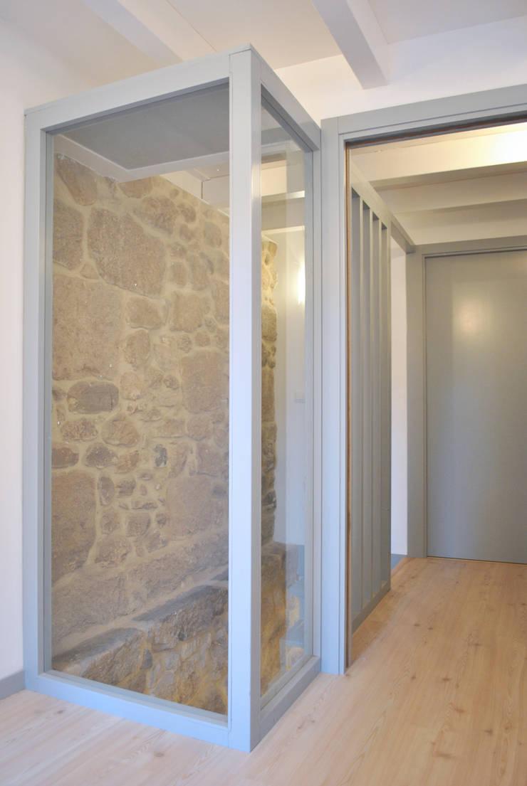 Caja de escalera. Vivienda dúplex. Planta primera: Pasillos y vestíbulos de estilo  de Estudio de Arquitectura Sra.Farnsworth