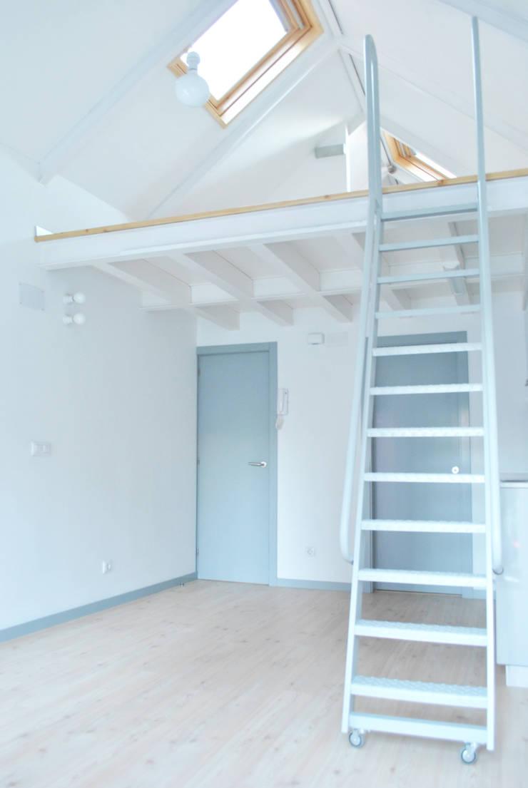 Estudio con altillo: Salones de estilo  de Estudio de Arquitectura Sra.Farnsworth