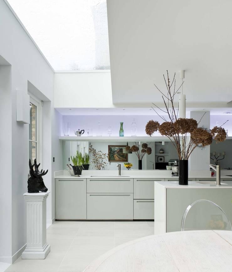 Vicarage Gardens:  Kitchen by Sonnemann Toon Architects