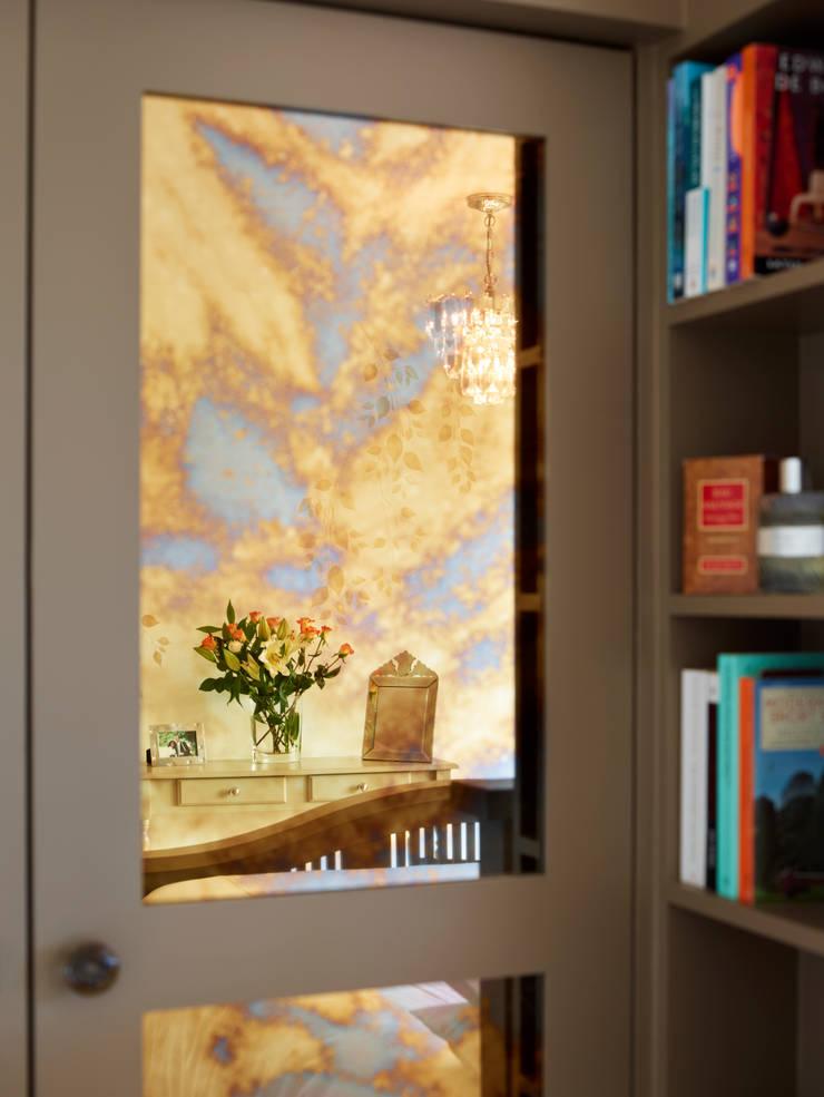 Bespoke wardrobe and pidgeon hole shelving:  Bedroom by ZazuDesigns