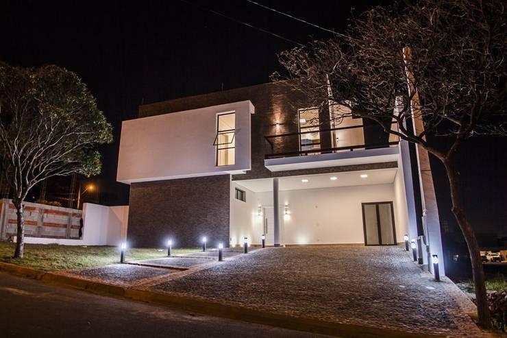 Fachada Frontal: Casas minimalistas por HAUS