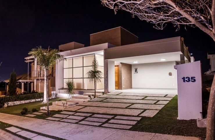 Fachada Frontal: Casas  por HAUS