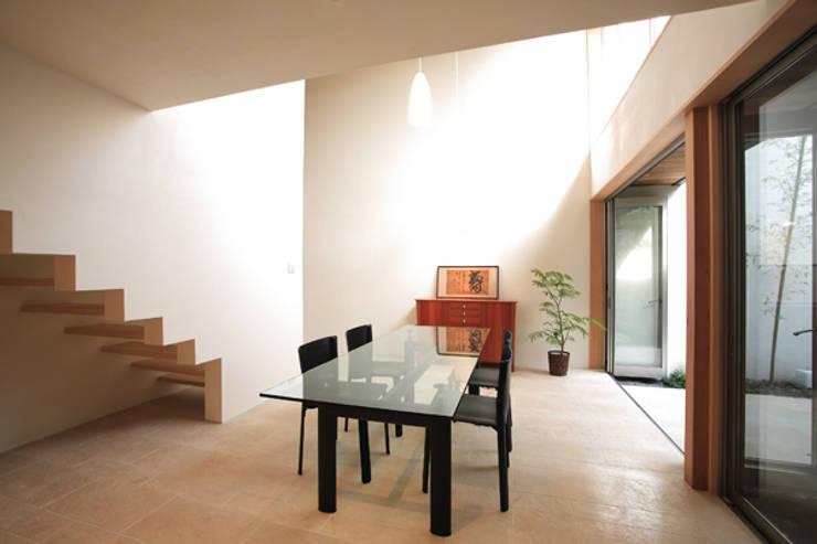 竹林風洞 ホール: アーキシップス古前建築設計事務所が手掛けた和室です。