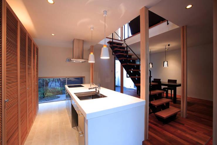 竹林風洞 キッチン: アーキシップス古前建築設計事務所が手掛けたキッチンです。