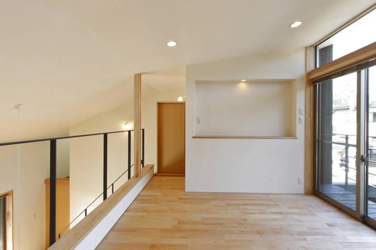jazzycube: アーキシップス古前建築設計事務所が手掛けた寝室です。