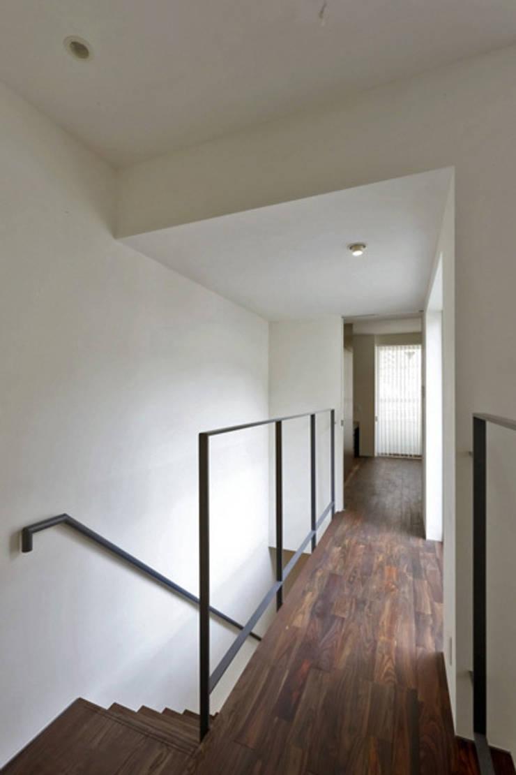h i k a r i n i w a 階段吹き抜けから廊下: アーキシップス古前建築設計事務所が手掛けた廊下 & 玄関です。