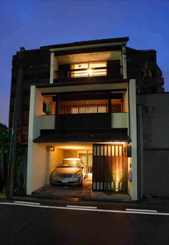h i k a r i n i w a 全景夜景: アーキシップス古前建築設計事務所が手掛けた家です。