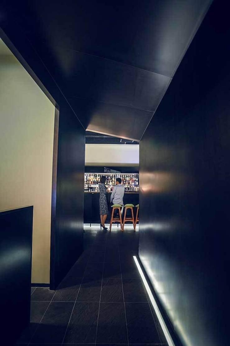 Entourage Lounge, Beijing, China: Bares y Clubs de estilo  de LATITUDE
