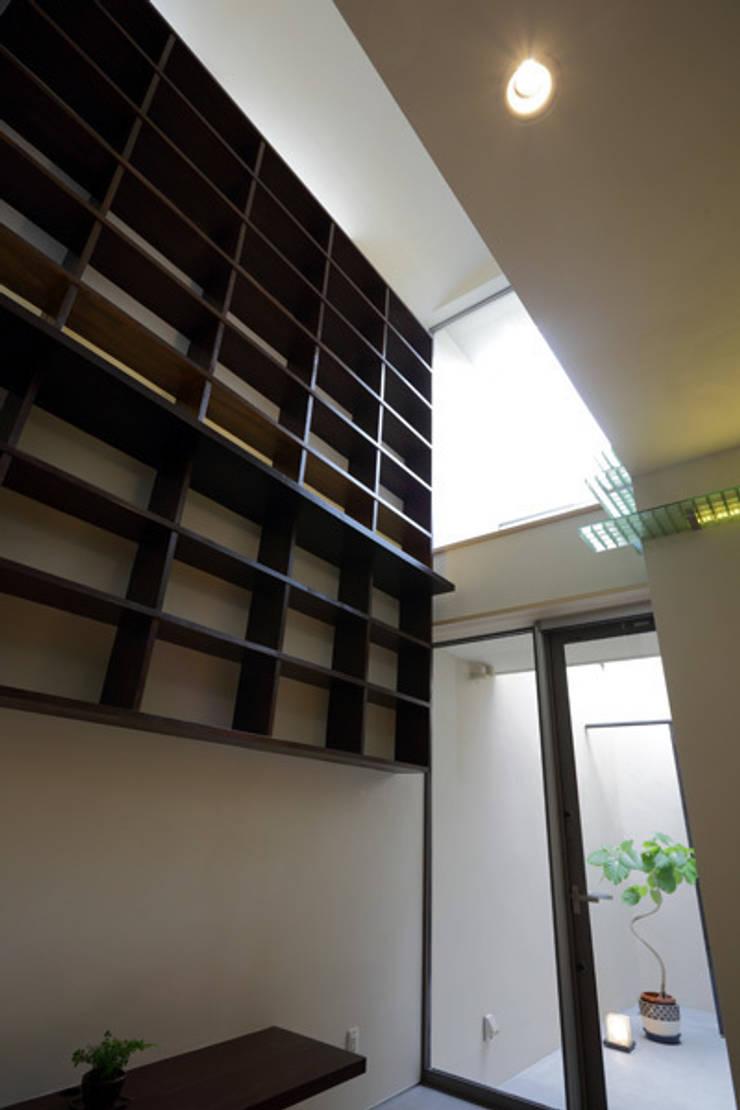 ねことひきこもる家 リビング吹き抜け: アーキシップス古前建築設計事務所が手掛けたリビングです。