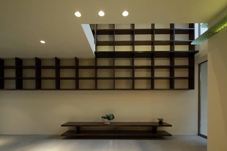 ねことひきこもる家 リビング: アーキシップス古前建築設計事務所が手掛けたリビングです。