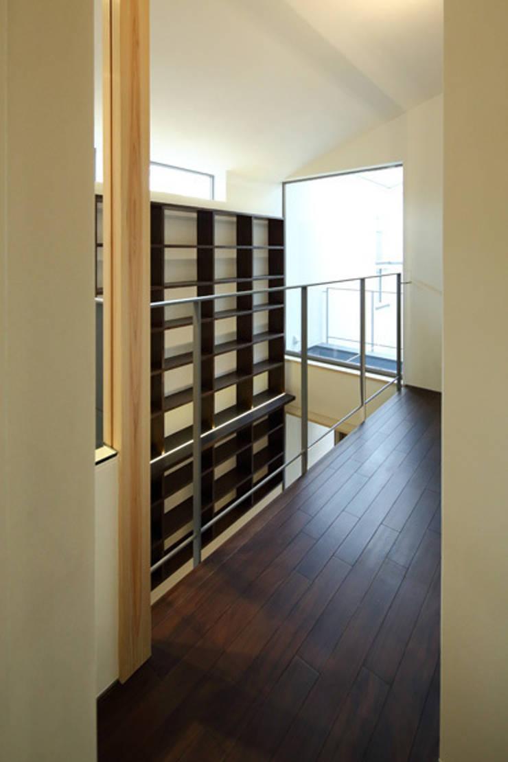 ねことひきこもる家 2階廊下: アーキシップス古前建築設計事務所が手掛けた廊下 & 玄関です。