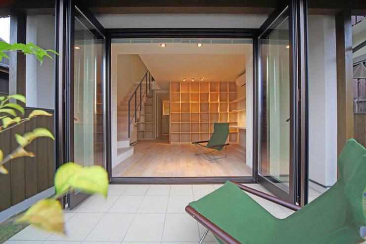 湖風の家 テラスから書斎を見る: アーキシップス古前建築設計事務所が手掛けたテラス・ベランダです。