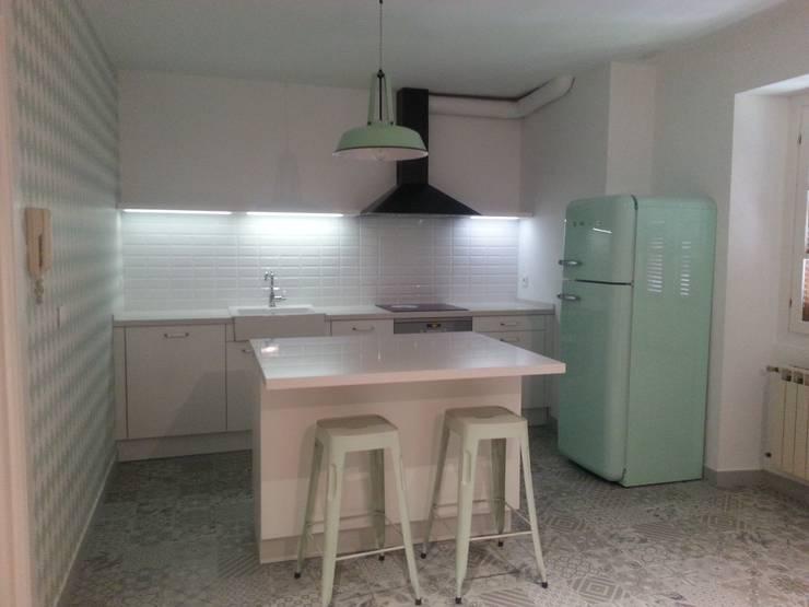 Cocina mueble: Cocinas de estilo  de RODEK arquitectura interior