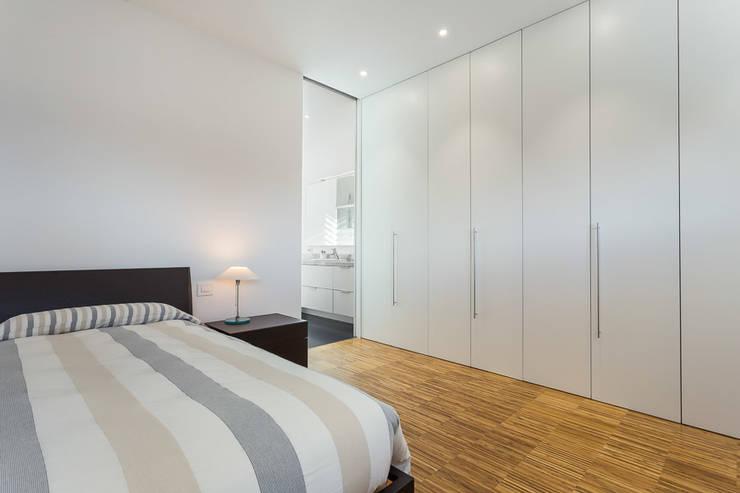 Dormitorios de estilo  por 08023 Architects