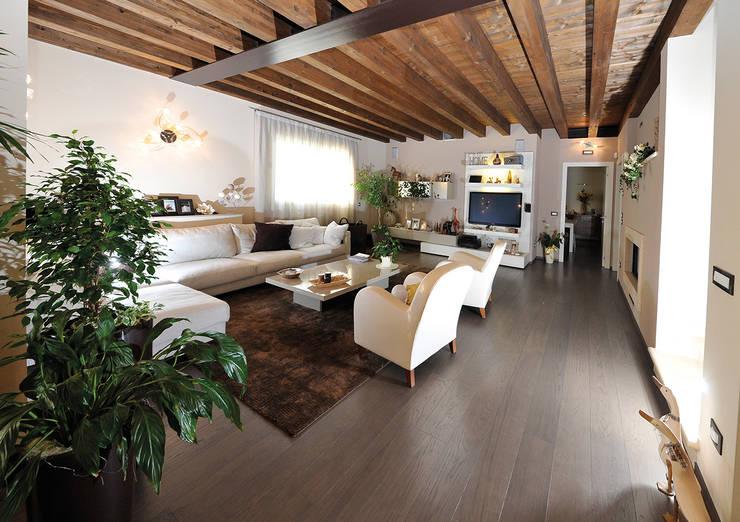 Soggiorno classico con pavimento rovere: Soggiorno in stile in stile Classico di Mardegan Legno
