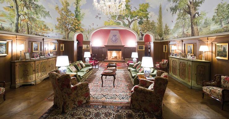 Casino di caccia saloni: Soggiorno in stile in stile Classico di Mardegan Legno