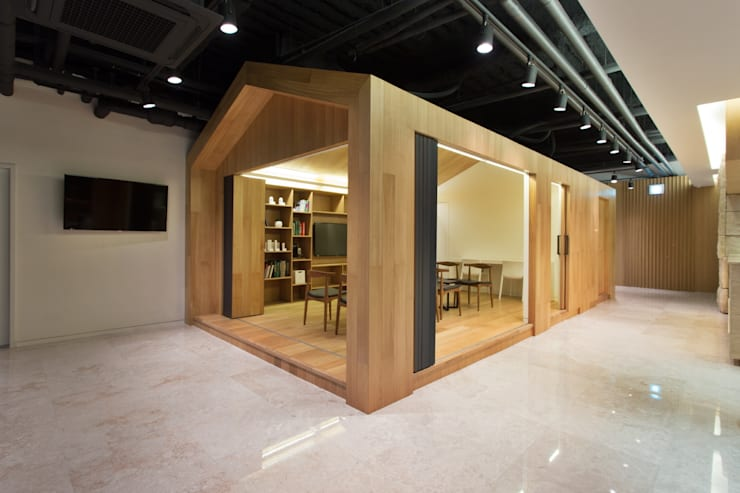 A House for Nature and People / YLAB: Y L A B의  서재 & 사무실