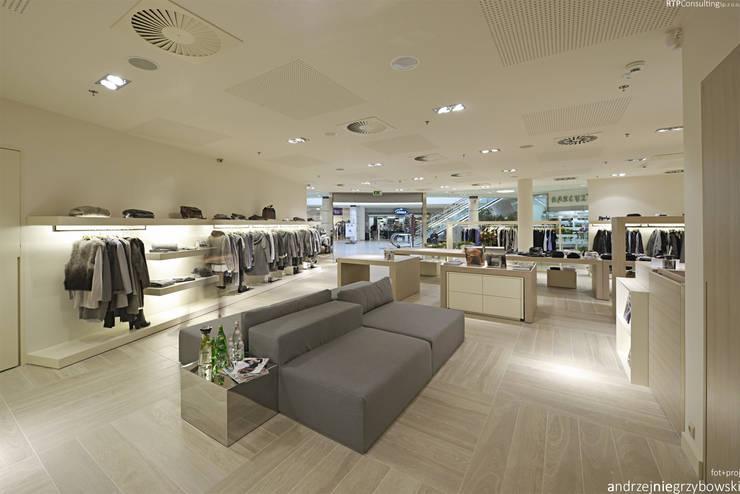 Aranżacja wnętrza sklepu z ekskluzywną odzieżą damską: styl , w kategorii Powierzchnie handlowe zaprojektowany przez RTP Consulting Sp. z o.o.